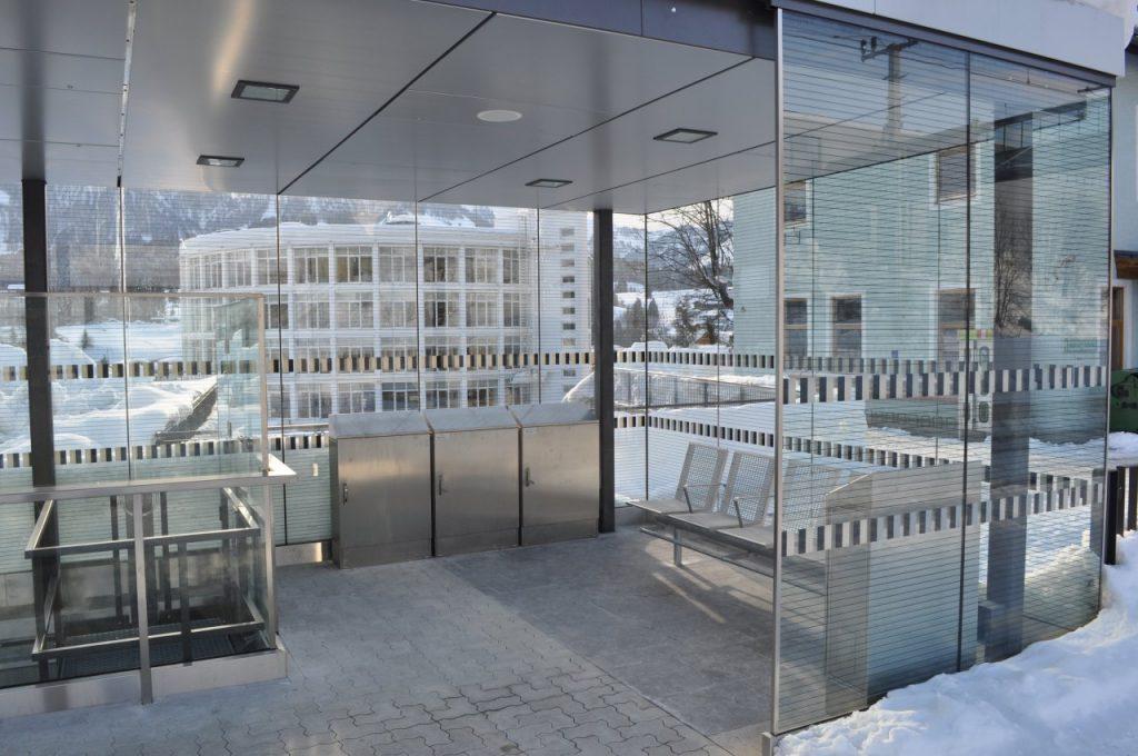 B&W Glasbau Verglasung Glaswand Windschutz Bahnhof