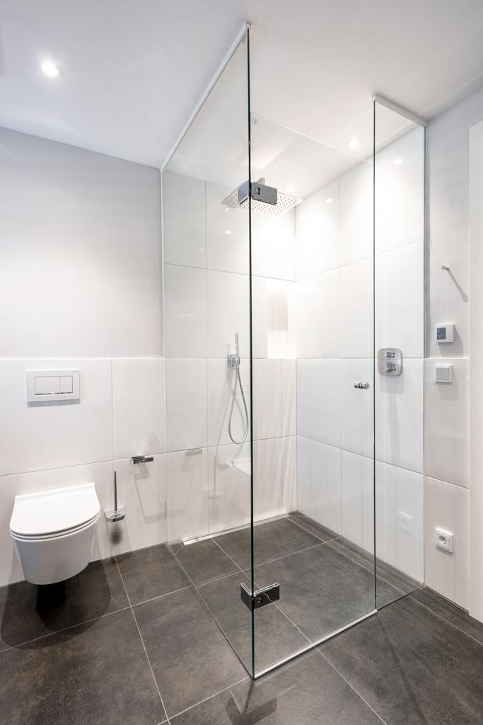 B&W Glasbau Kirchbichl Verglasung Duschverglasung Dusche Bad Spritzschutz
