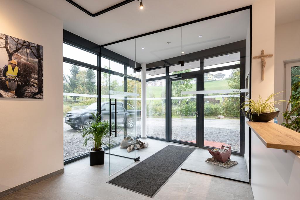 B&W Glasbau Kirchbichl, Fassade, Glasfassade, Ummantelung, Schutz, Eingangsbereich
