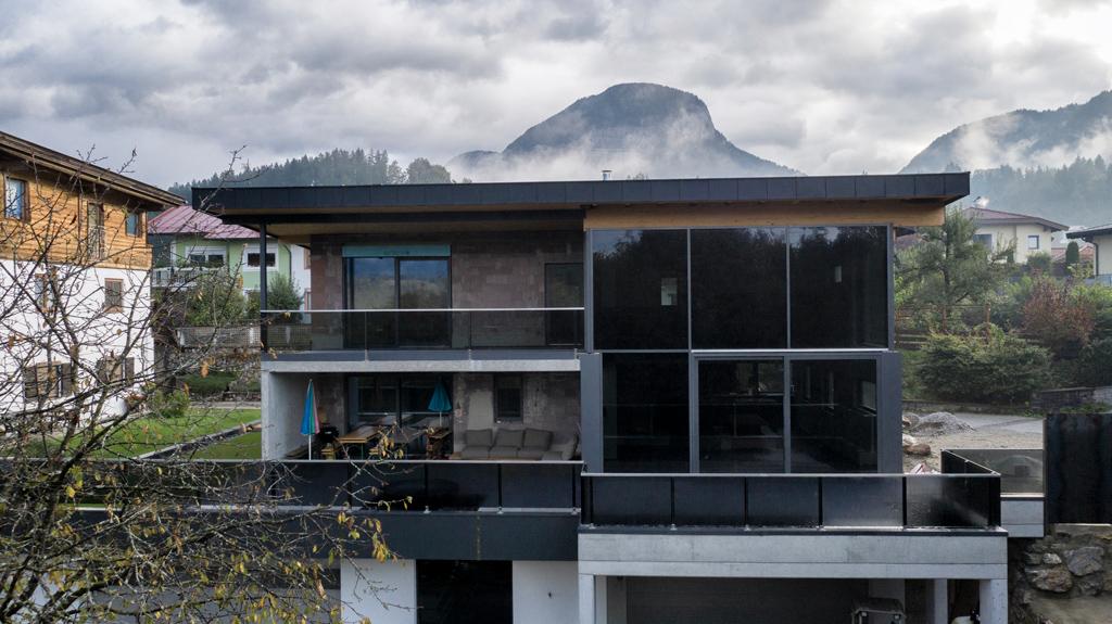 B&W Glasbau Kirchbichl, Fassade, Glasfassade, Ummantelung, Schutz, Balkon, Brüstung