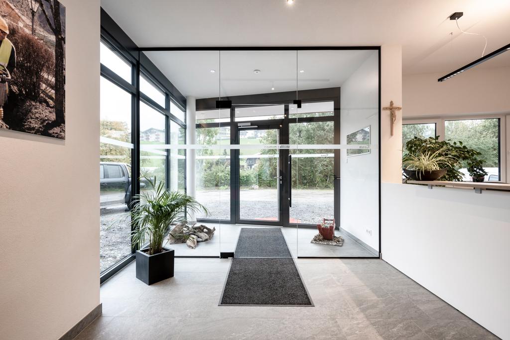 B&W Glasbau Kirchbichl, Ganzglasverglasung, Verglasung, Ganzglasanlage, Glastür, Eingangsbereich