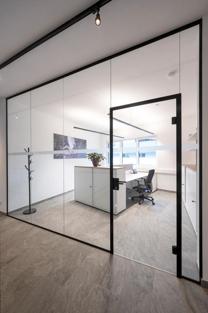 B&W Glasbau Kirchbichl, Ganzglasverglasung, Verglasung, Ganzglasanlage, Glastür, Büro, Büroabtrennung