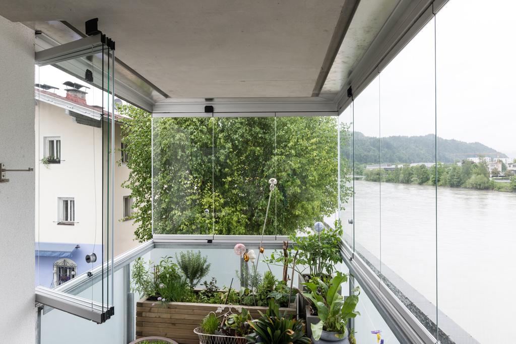B&W Glasbau Kirchbichl Verglasung Sicherheit Teilvorgespanntenglas Windschutz Balkon Fenster