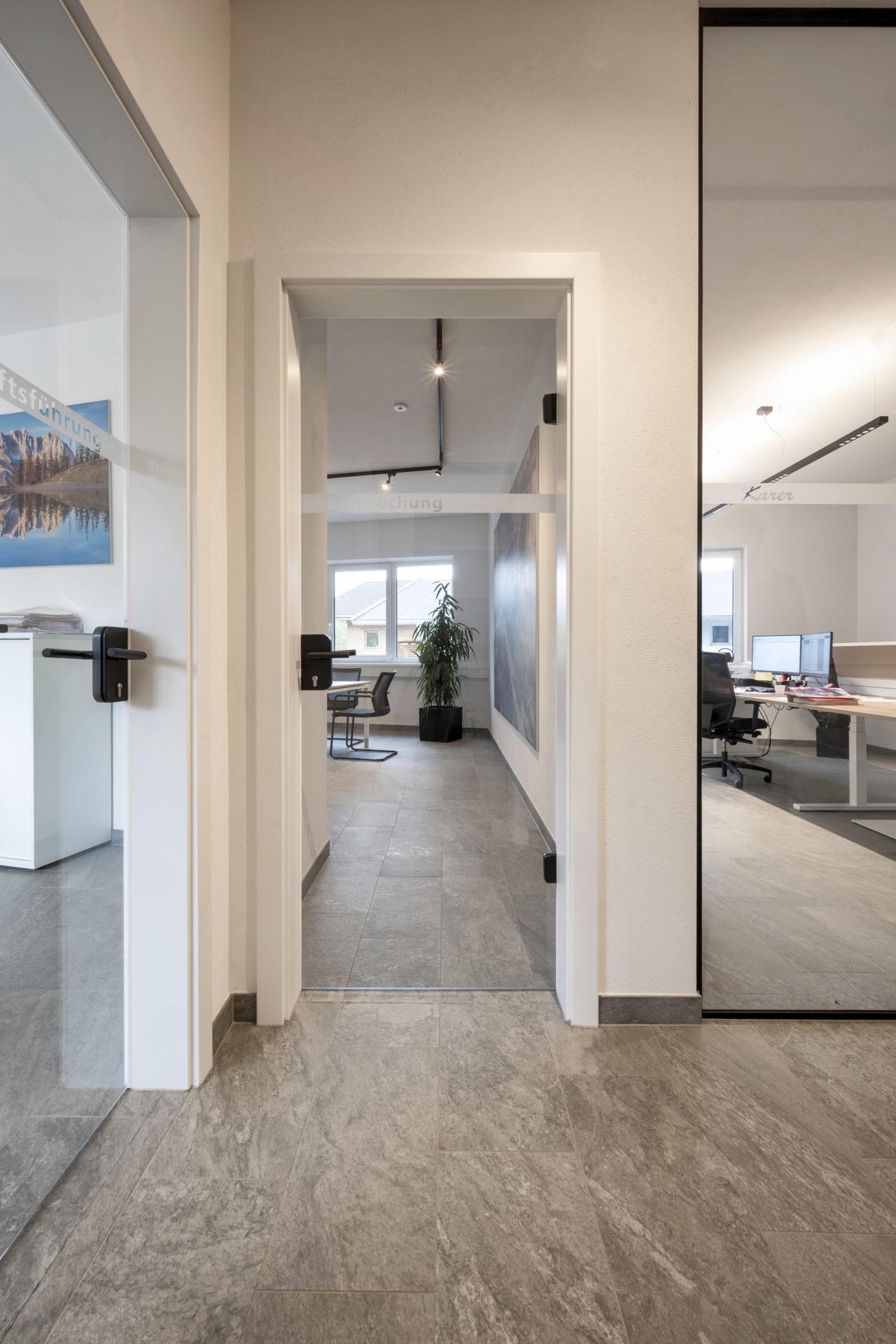 B&W Glasbau Kirchbichl Verglasung Glastür ESG Einscheibensicherheitsglas Büro