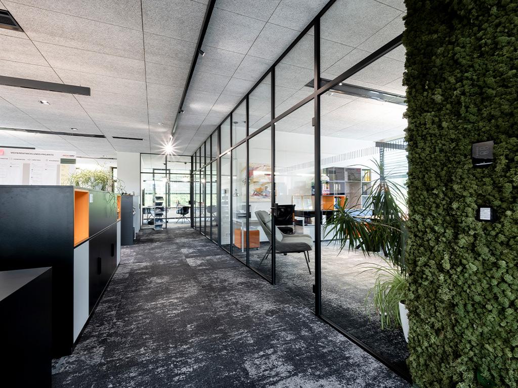 B&W Glasbau Kirchbichl Verglasung Ganzglasanlage Ganzglaverglasung Büro Raumtrenner