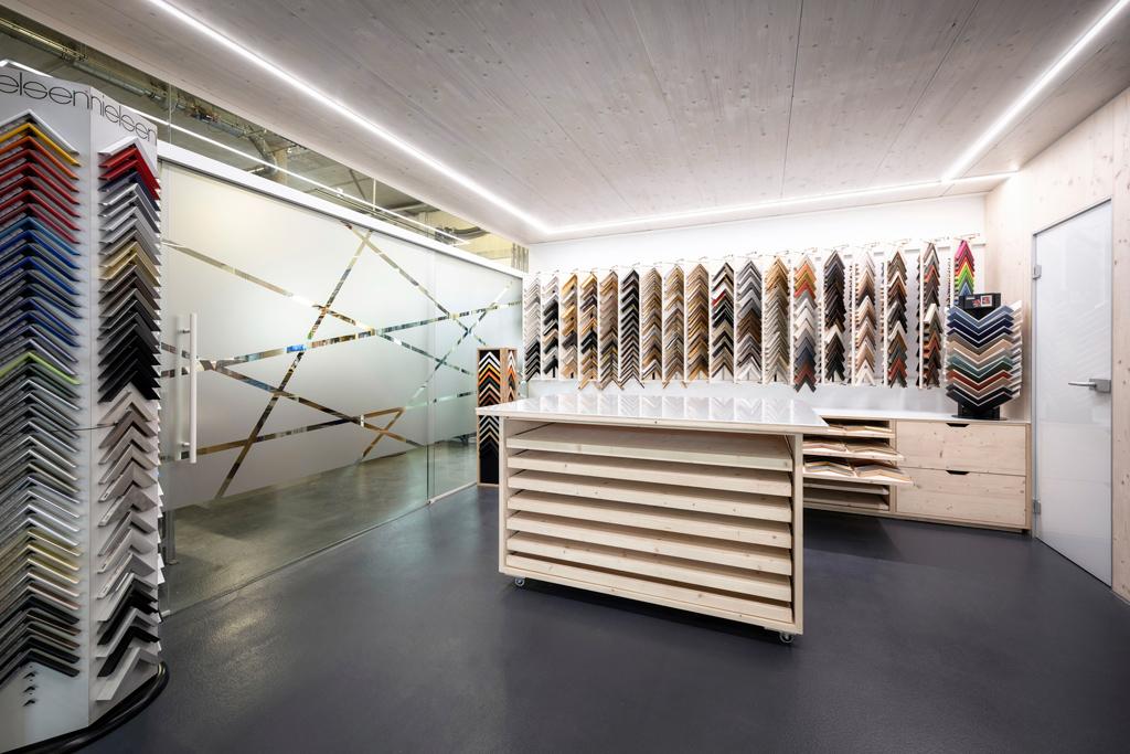 B&W Glasbau Kirchbichl Verglasung Glastür Schiebetür Trennelement Raumteiler Bilderrahmen Studio